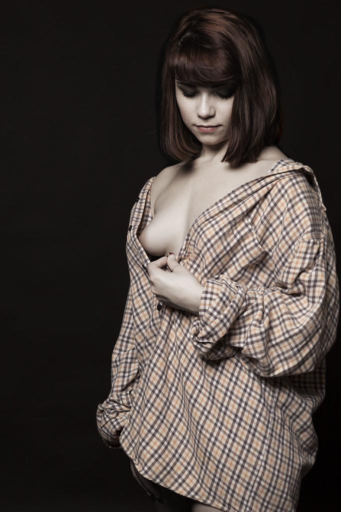 studio-topless-nu-lingerie-portrait-femme-desature-sensuelle-tendance-Augustin-Paris