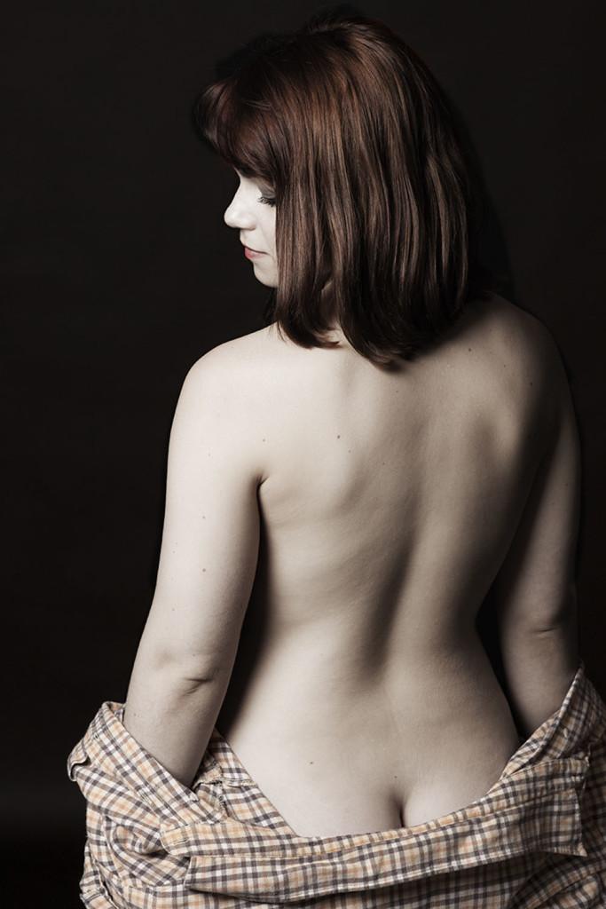 studio-topless-nu-lingerie-portrait-femme-desature-tendance-sensuelle-Augustin-Paris