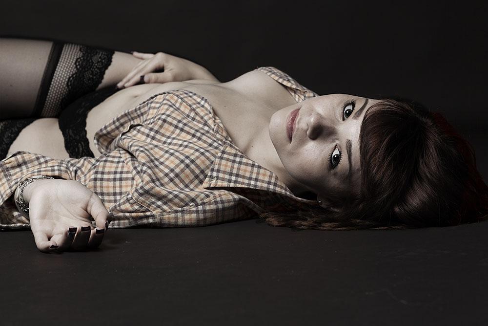 studio-topless-nu-lingerie-sensuelle-portrait-femme-desature-tendance-Augustin-Paris